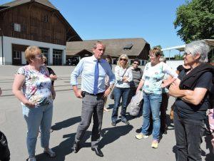 Direktor Schwarz im Gespäch mit Landfrauen